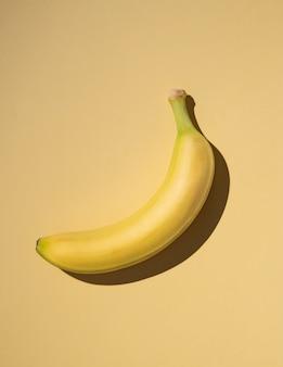 Banane fraîche sur fond jaune avec ombre