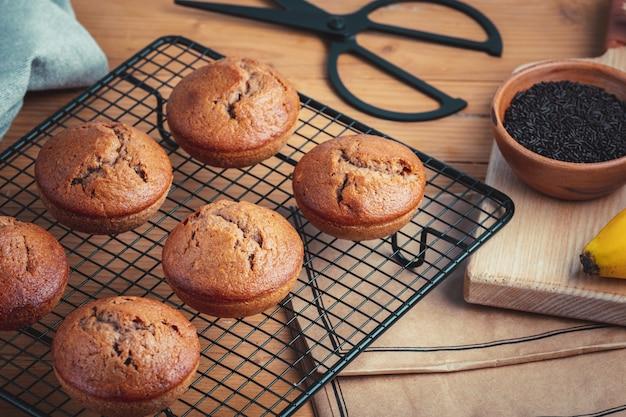 Banane fraîche maison et muffins au chocolat sur une grille de refroidissement.