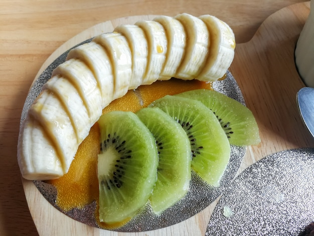 Banane de fruits frais, kiwi sur fond en bois.