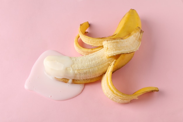 Banane sur table rose. fruits érotiques frais