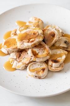 Banane tranchée grillée avec sauce au caramel