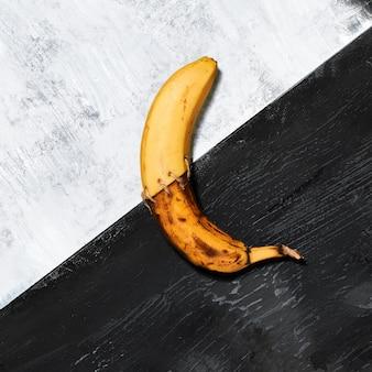 Banane unique sur noir et blanc