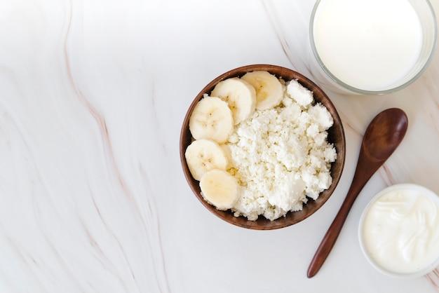 Banane vue de dessus avec du lait