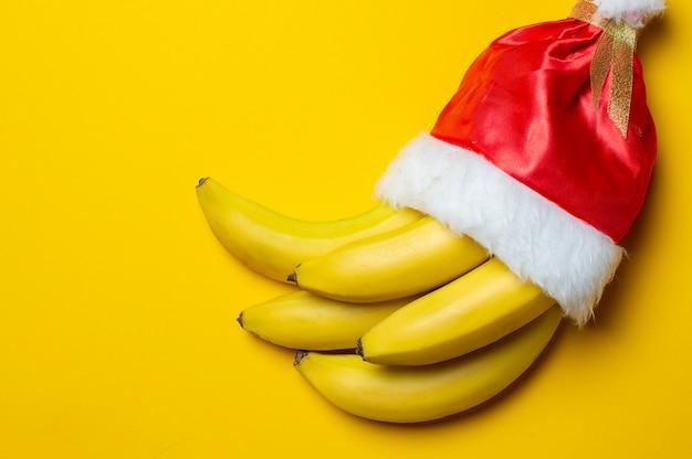 Bananes sur fond jaune en chapeau de père noël