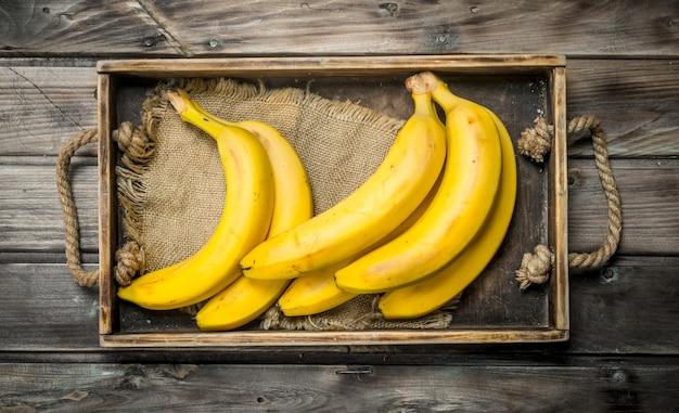 Bananes fraîches sur le sac dans l'ancienne vinaigrette.