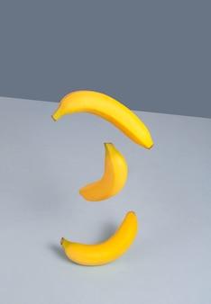 Bananes jaunes sur fond bleu. concept minimaliste dans un style isométrique