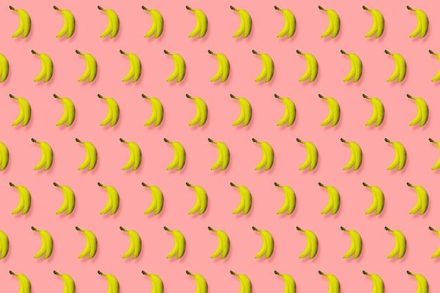 Bananes jaunes sur fond rose