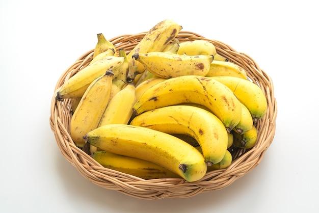 Bananes Jaunes Fraîches Dans Un Panier Isolé Photo Premium