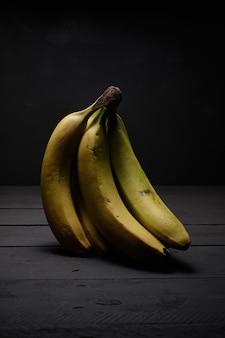 Bananes mûres sur table en bois noir