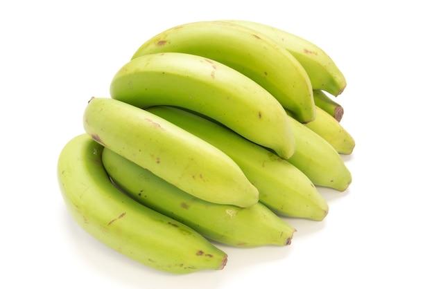 Bananes non mûres isolés sur fond blanc