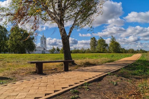 Banc et arbre par le chemin sur un parc