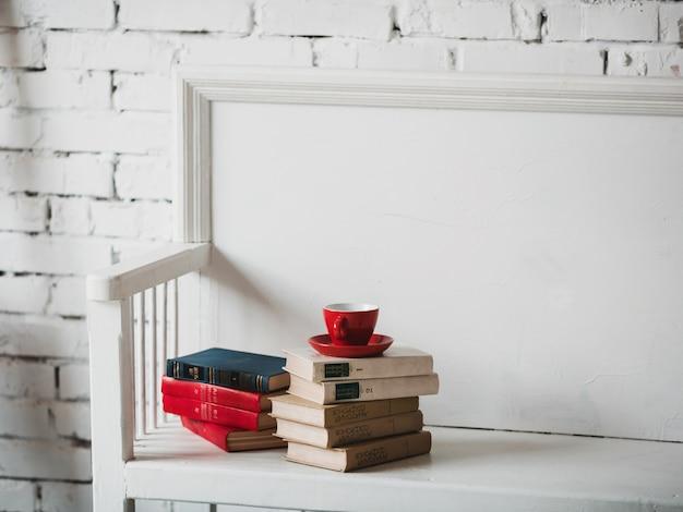 Banc blanc avec des livres
