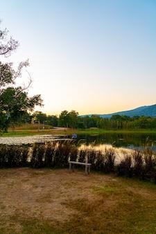 Banc En Bois Avec Beau Lac à Chiang Mai Avec Montagne Boisée Et Ciel Crépusculaire En Thaïlande. Photo Premium