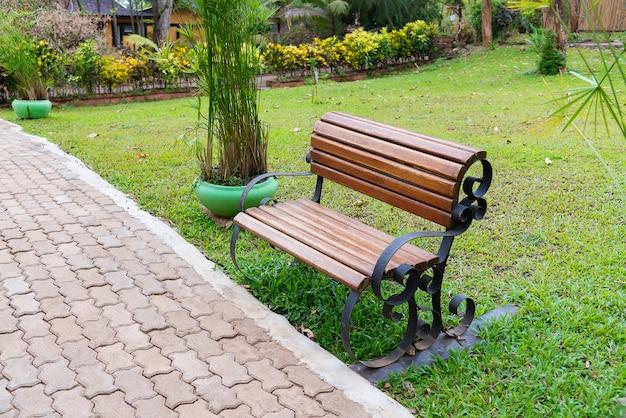 Banc en bois dans jardin ou parc extérieur avec prairie.