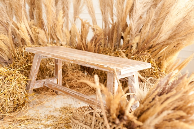 Banc en bois avec du foin sec à l'intérieur