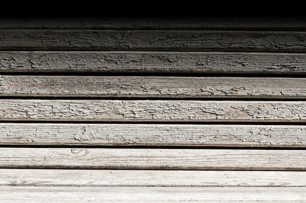 Banc en bois avec peinture fissurée.