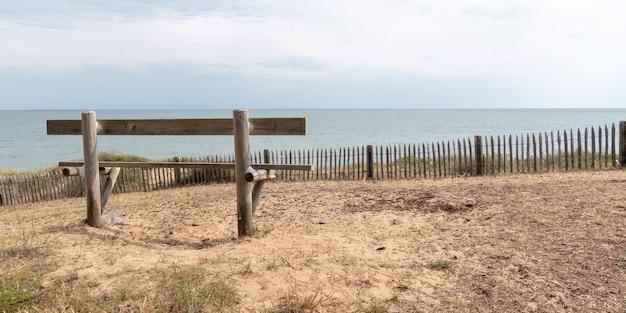 Banc en bois vue arrière vide dans la côte atlantique à jard sur mer vendée france dans la bannière de modèle de bannière web