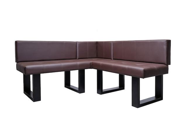 Banc en cuir marron moderne inhabituel dans un style strict isolé, vue de face. approche contemporaine créative de la fabrication de meubles
