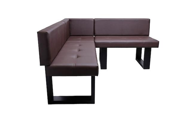 Banc en cuir marron moderne inhabituel dans un style strict isolé, vue latérale. approche contemporaine créative de la fabrication de meubles