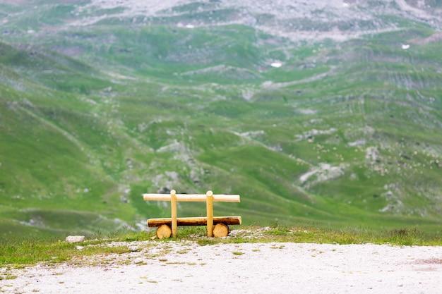Banc dans les montagnes