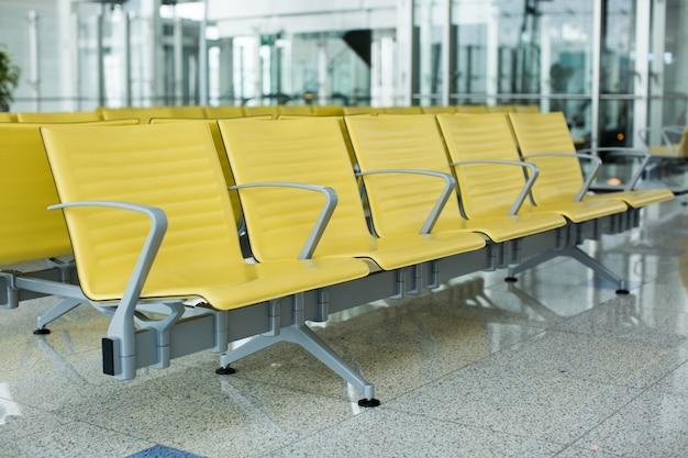 Banc dans le terminal de l'aéroport. zone d'attente vide du terminal de l'aéroport avec des chaises.