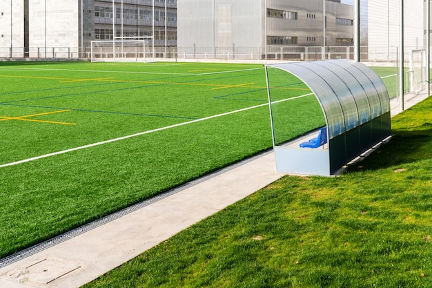Banc de football d'un terrain de football en gazon artificiel