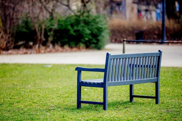 Banc à la française dans un parc.