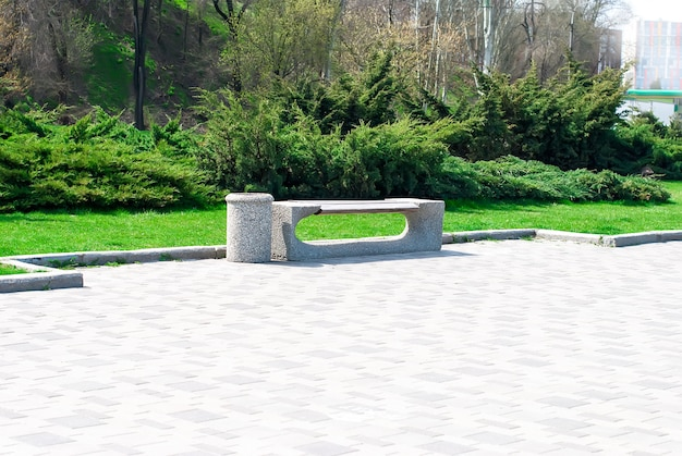 Banc de parc et allée dans le parc en plein air
