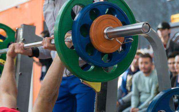 Banc de presse dans la salle de gym. compétition et tournoi