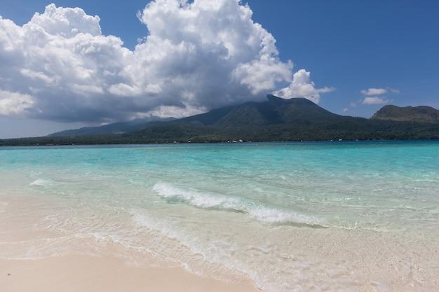Banc de sable blanc plage avec vue sur le volcan l'île de camiguin aux philippines