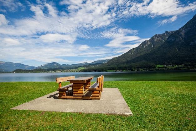 Banc et table pour se détendre avec vue sur les alpes en autriche