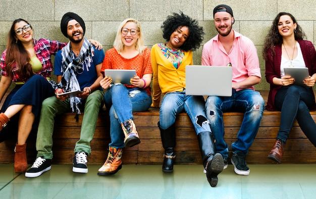 Banc de technologie souriant personnes nature jeune