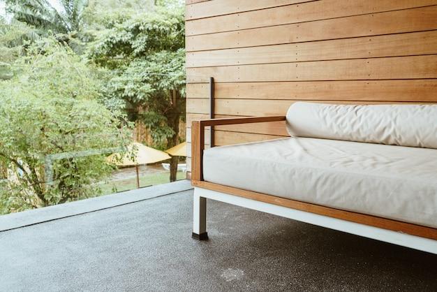 Banc vide canapé ou canapé-lit sur balcon pour se détendre