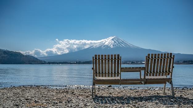 Banc avec vue magnifique sur le mont fuji