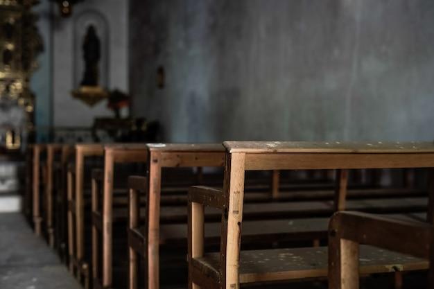 Bancs d'une église sombre