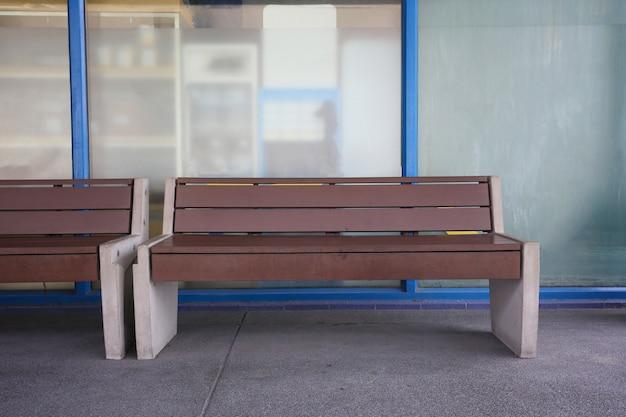 Bancs vides dans les stations-service.