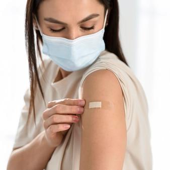 Bandage sur le bras de la femme gros plan