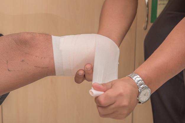 Bandage du moignon sous le genou, amputé bka avec prothèse en préparation