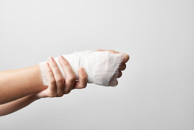 Bandage de gros plan de douleur de traitement de bras blessé