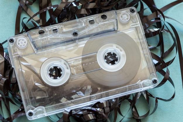 Bande audio tordue et cassette sur fond bleu
