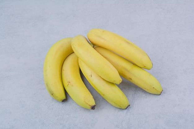Bande de bananes de fruits mûrs sur fond blanc. photo de haute qualité