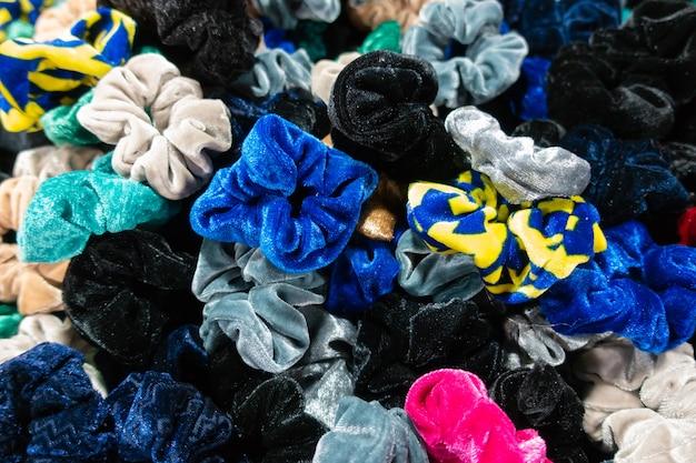 Bande de caoutchouc, bandes élastiques colorées sur le marché.