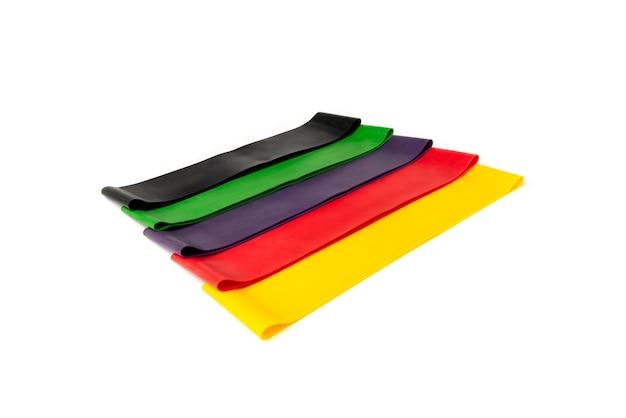 Bande élastique de fitness couleurs pour le sport isolé sur fond blanc.