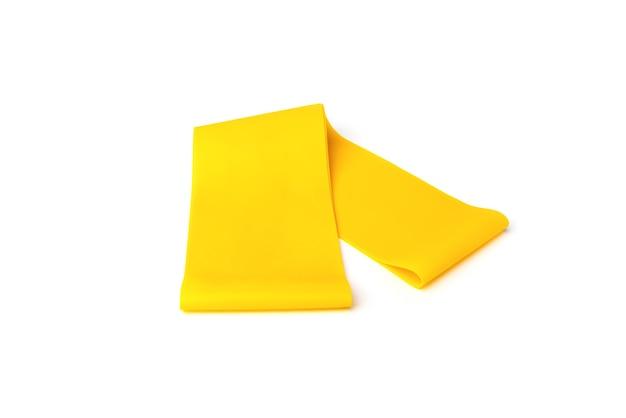 Bande élastique de fitness jaune pour le sport isolé sur fond blanc.