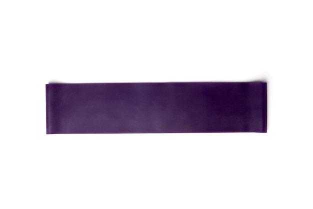 Bande élastique de fitness violet pour le sport isolé sur fond blanc.