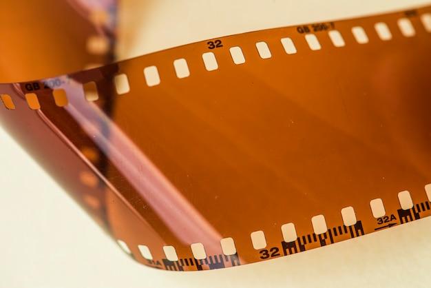 Bande de film vierge isolée sur fond blanc