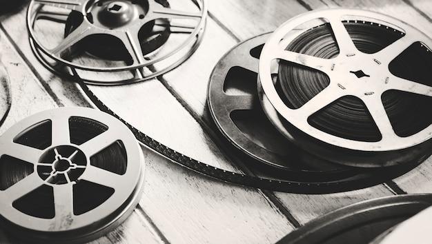 Bande de film vintage isolée sur plancher en bois