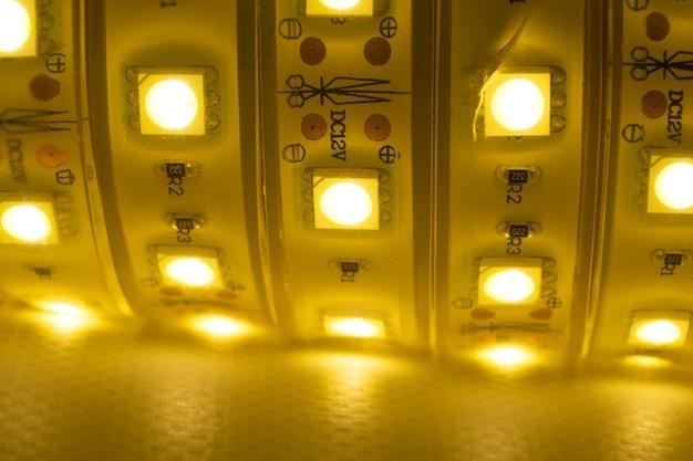 Bande led rougeoyante de lumière chaude pour le montage d'éclairage décoratif pour les maisons.