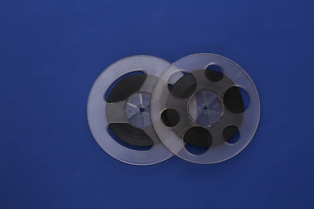 Bande magnétique audio. bobine de deux films sur bleu classique. style rétro