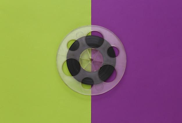 Bande magnétique audio. bobine de film sur un vert violet. style rétro
